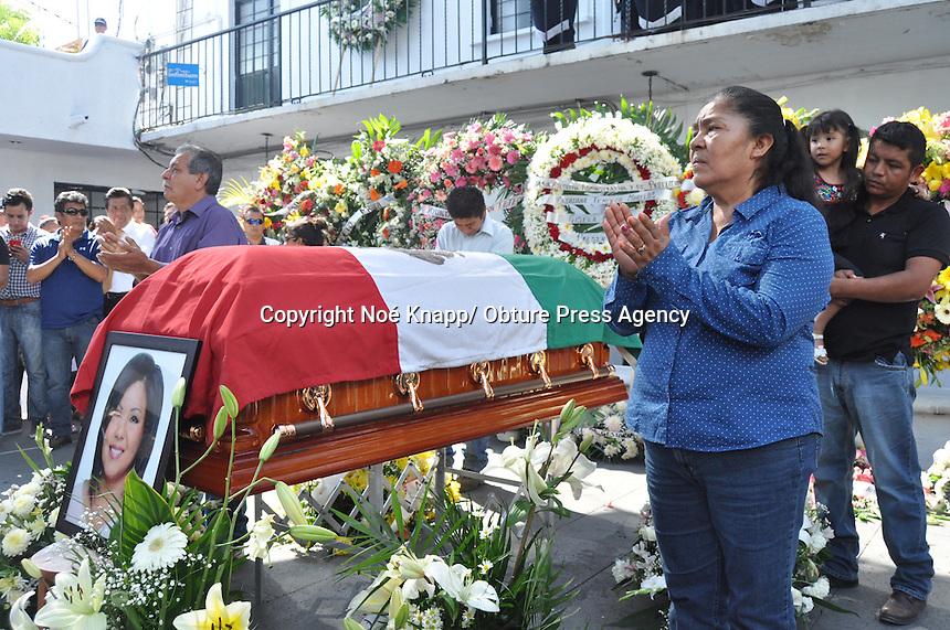 Temixco, Morelos. Rinden homenaje de cuerpo presente a Gisela Mota alcaldesa de este municipio ejecutada la mañana de este sábado, el acto fue encabezado por el gobernador del estado Graco Ramírez y parte de su gabinete así representantes de los tres poderes y asociaciones civiles.