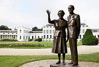 Nederland Baarn 2017. Beeld van Kees Verkade voor paleis Soestdijk. Voormalig koningin Juliana en Prins Bernhard.  Foto Berlinda van Dam / Hollandse Hoogte