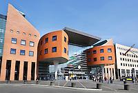 Nederland Amersfoort. Het plein voor het Station van Amersfoort. Het gebouw is een ontwerp van J.A. van Belkum.  Foto Berlinda van Dam