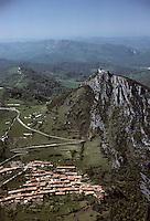 Europe/France/Midi-Pyrénées/09/Ariège/Montségur: Le chateau de Montségur et le village Vue aérienne
