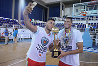 SAN ANDRES - COLOMBIA. 28-11-2018: Jugadores de Titanes celebran con el trofeo como campeones de la Liga Profesional de Baloncesto 2018 de Colombia después del quinto partido de la serie final entre Islands Warrios de San Andrés y Titanes de Barranquilla disputado en el coliseo Genny Bay de San Andrés Islas. Titanes ganaron como vistantes por marcador de 74-79 en estra tiempo. / Players of Titanes celebrate with the trophy as champions of Professional League of Basketball 2018 of Colombia after fifth match of the final serie between Islands Warriors of San Andres and Titanes of Barranquilla played at Genny Bay coliseum in San Andres island. Titanes won as a visitant by score of 74-79 in extra time. Photo: VizzorImage / John Hudson / Cont