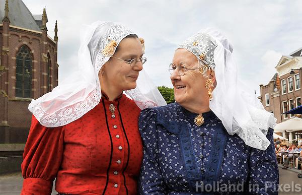 Westfriese Folkloredagen in Schagen. Sinds 1953 organiseert de Stichting ter Bevordering van de West-Friese Folklore de 10 West-Friese donderdagen. Deze donderdagen staan in het teken van o.a. leven, werken en kleden anno 1910. Klederdrachtdag. Twee vrouwen in klederdracht uit Voorne-Putten