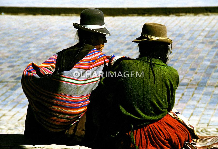 Mulheres sentadas na praça. Cusco, Peru. 1994.Foto de Juca Martins.