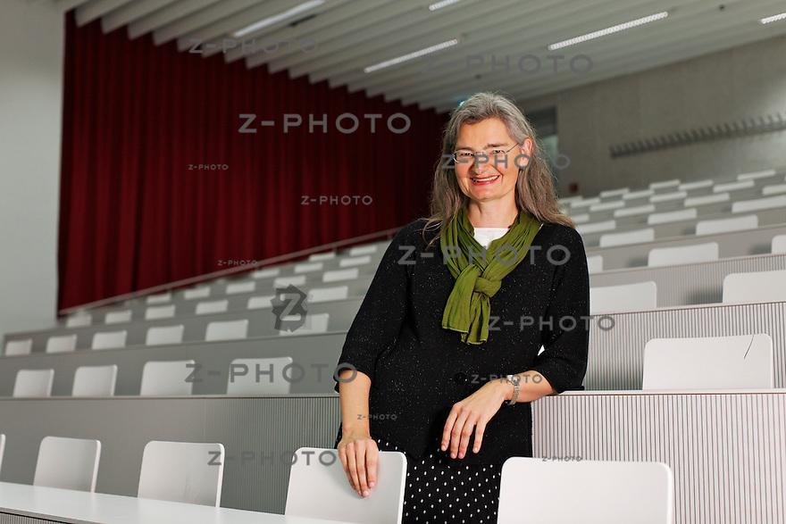 Portrait von Dr. oec. Esther Mueller Verwaltungsdirektorin der Universitaet Luzern am Dienstag 8.011.11 im Hoersaal und Flur der Universitaet Luzern...Copyright © Zvonimir Pisonic