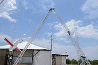 RWANDA, Gitarama, Muhanga, zipline drone airport , zipline is a american start-up and delivers Blood preserve and medical drugs by drone to rural health centers, the battery driven Zip 2 can travel at a top speed around 79 miles per hour, carrying 3.85 pounds of cargo and has a range of 160 km round trip, the delivery box is dropped by a small parachute, landing area, cord wired between two robotic arms on the ground snags the drone's hook to capture it out of the sky / RUANDA, Gitarama, Muhanga, zipline Drohnen Flugstation, zipline ist ein amerikanisches start-up und transportiert Blutkonserven und Medikamente mit Drohnen wie der Zip 2 zu ländlichen Krankenstationen, die Zip 2 hat fuer einen Rundflug eine Reichweite von 130 km, die Batterie betriebene und ferngesteuerte Drohne wirft die Sendung per Fallschirm ab, Auffangeinrichtung fuer zurueckkehrende Drohnen, die sich in einem Seil verfangen