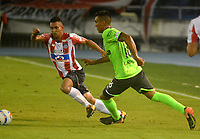 BARRANQUILLA - COLOMBIA - 30 - 09 - 2017: German Gutierrez (Izq.) jugador de Atletico Junior disputa el balón con Christian Rivera (Der.) jugador de Deportivo Cali durante partido de la fecha 14 entre Atletico Junior y Deportivo Cali por la Liga Aguila II - 2017, jugado en el estadio Metropolitano Roberto Melendez de la ciudad de Barranquilla. / German Gutierrez (L) player of Atletico Junior vies for the ball with Christian Rivera (R) player of Deportivo Cali  during a match of the date 14th between Atletico Junior and Deportivo Cali for the Liga Aguila II - 2017 at the Metropolitano Roberto Melendez Stadium in Barranquilla city, Photo: VizzorImage  / Alfonso Cervantes / Cont.