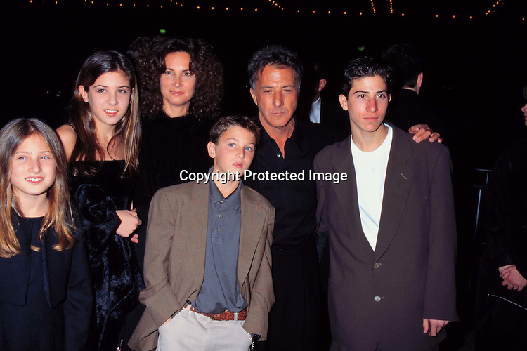 """©KATHY HUTCHINS/HUCTHINS.12/17/97 """" WAG THE DOG """" PREMIERE.DUSTIN HOFFMAN & FAMILY"""