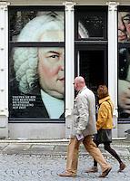 Stadtansicht - Feature Leipzig als Bachstadt - Bach Museum an der Thomaskirche - Bach guckt aus Schaufenster. Foto: Norman Rembarz<br /> <br /> Norman Rembarz , ( ASV-Autorennummer 41043728 ), Holbeinstr. 14, 04229 Leipzig, Tel.: 01794887569, Hypovereinsbank: BLZ: 86020086, KN: 357889472, St.Nr.: 231/261/06432 - Jegliche kommerzielle Nutzung ist honorar- und mehrwertsteuerpflichtig! Persönlichkeitsrechte sind zu wahren. Es wird keine Haftung übernommen bei Verletzung von Rechten Dritter. Autoren-Nennung gem. §13 UrhGes. wird verlangt. Weitergabe an Dritte nur nach  vorheriger Absprache.
