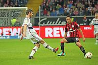 Xabi Alonso (Bayern) gegen Makoto Hasebe (Eintracht) - Eintracht Frankfurt vs. FC Bayern München, Commerzbank Arena