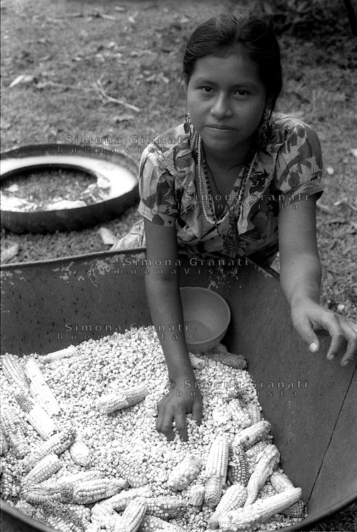 Messico, Chiapas, La Realidad.Comunità indigena Zapatista.Donna con mais.Mexico, Chiapas, La Realidad.Zapatista indigenous communities.Woman with corn