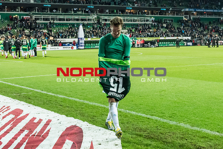 10.02.2019, Weserstadion, Bremen, GER, 1.FBL, Werder Bremen vs FC Augsburg<br /> <br /> DFL REGULATIONS PROHIBIT ANY USE OF PHOTOGRAPHS AS IMAGE SEQUENCES AND/OR QUASI-VIDEO.<br /> <br /> im Bild / picture shows<br /> Sebastian Langkamp (Werder Bremen #15) verschenkt Jubiläums-Trikot / Spieltags-Trikot an Fan, <br /> <br /> Foto © nordphoto / Ewert