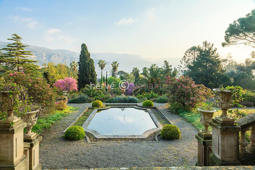 France, Alpes-Maritimes (06), Saint-Jean-Cap-Ferrat, le jardin botanique des C&egrave;dres:<br /> escaliers et bassin.