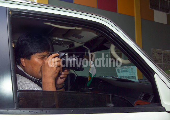 Peasantas leader and presidential candidate for the Movement Towards Socialism (MAS) Evo Morales takes pictures from his car  in  his way from Cochabamba to the tropical region of Chapare, Saturday, December 17, 2005...Photo Diego Giudice/KRT