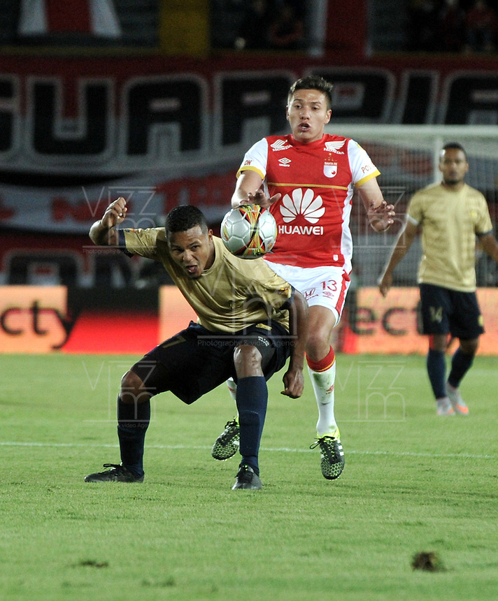 BOGOTA - COLOMBIA - 08-08-2015: Sebastian Salazar (Der.) jugador de Independiente Santa Fe disputa el balón con Hilton Murillo (Izq.) jugador de Aguilas Doradas, durante partido por la fecha 5 entre Independiente Santa Fe y Aguilas Doradas de la Liga Aguila II-2015, en el estadio Nemesio Camacho El Campin de la ciudad de Bogota. / Sebastian Salazar (R) player of Independiente Santa Fe struggles for the ball with Hilton Murillo (L) player of Aguilas Doradas, during a match of the 5 date between Independiente Santa Fe and Aguilas Doradas, for the Liga Aguila II -2015 at the Nemesio Camacho El Campin Stadium in Bogota city, Photo: VizzorImage / Luis Ramirez / Staff.