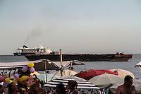 RIO DE JANEIRO, RJ, 31.12.2013 - Uma das barcas de onde serão disparados os fogos, em frente ao Copacabana Palace, já está posicionada junto com vários cruzeiros que observarão a queima de fogos no mar. (Foto. Néstor J. Beremblum / Brazil Photo Press)
