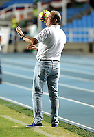 CALI - COLOMBIA -02-04-2014: Adolfo Holguin, tecnico de Alianza Petrolera da instrucciones a los jugadores durante  partido Deportivo Cali y Alianza Petrolera por la fecha 14 de la Liga Postobon I 2014 en el estadio Pascual Guerrero de la ciudad de Cali.   / Adolfo Holguin, coach of Alianza Petrolera gives instructions to the players during a match between Deportivo Cali and Alianza Petrolera for the date 14th of the Liga Postobon I 2014 at the Pascual Guerrero stadium in Cali city. Photo: VizzorImage / Luis Ramirez / Staff.
