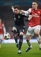 FUSSBALL  CHAMPIONS LEAGUE  ACHTELFINALE  HINSPIEL  2012/2013      FC Arsenal London - FC Bayern Muenchen       19.02.2013 Mario Mandzukic (li, FC Bayern Muenchen) gegen Lukas Podolski (re, Arsenal)