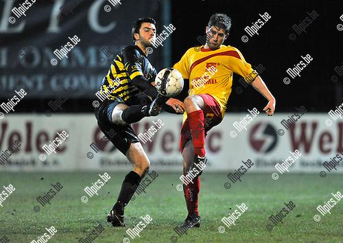 2013-03-09 / voetbal / seizoen 2012-2013 / Oosterzonen - Overpelt / Een pittig duel om de bal tussen Sven Dumont (l) (Overpelt) en Roel Goffin (r) (Oosterzonen)