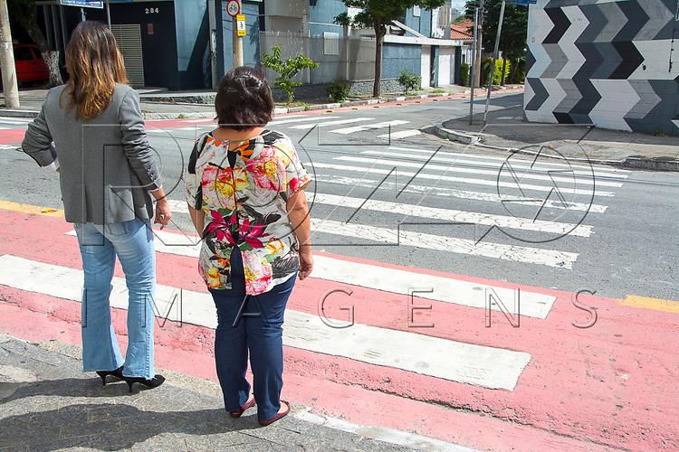 Pedestres aguardando para atravessar na faixa, São Paulo - SP, 04/2017.                    Uso de imagem autorizado.
