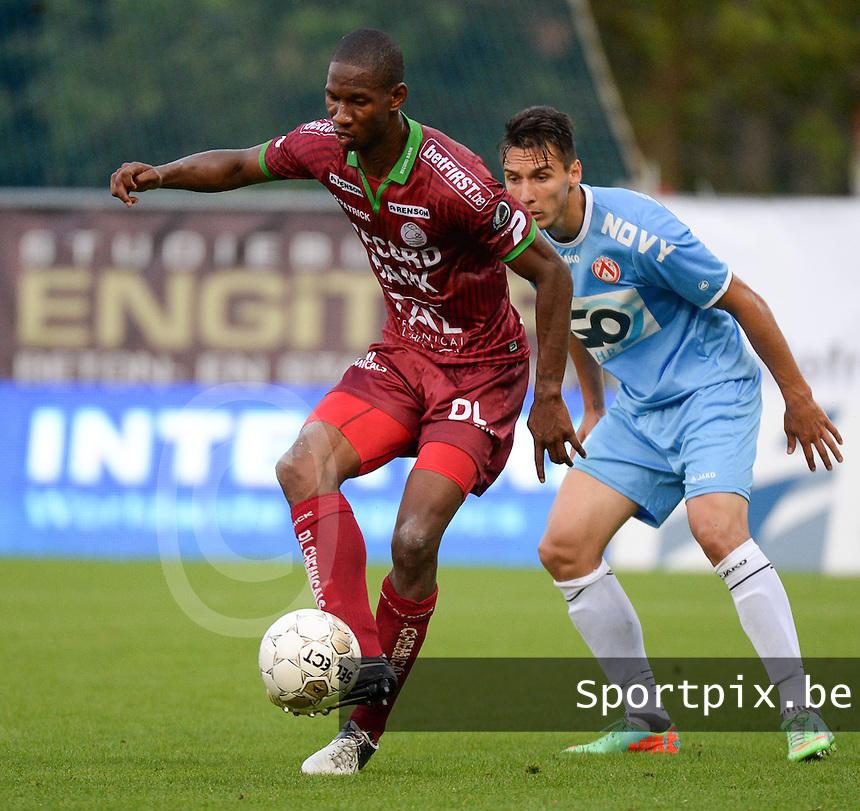 SV Zulte Waregem  - KV Kortrijk  : Glynor Plet (links) aan de bal voor Zarko Tomasevic (r) <br /> foto VDB / BART VANDENBROUCKE