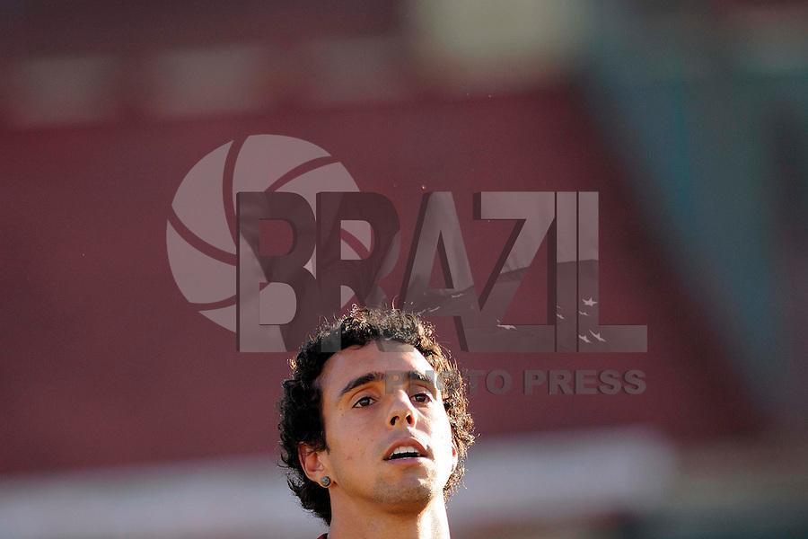 SÃO PAULO, SP, 04 DE JUNHO DE 2013 - ESPORTES - FUTEBOL - TREINO DA PORTUGUESA - Diogo  Durante treino no Canindé, preparação para partida entre a equipe do Internacional  (RS), FOTOS: DORIVAL ROSA/ BRAZIL PHOTO PRESS