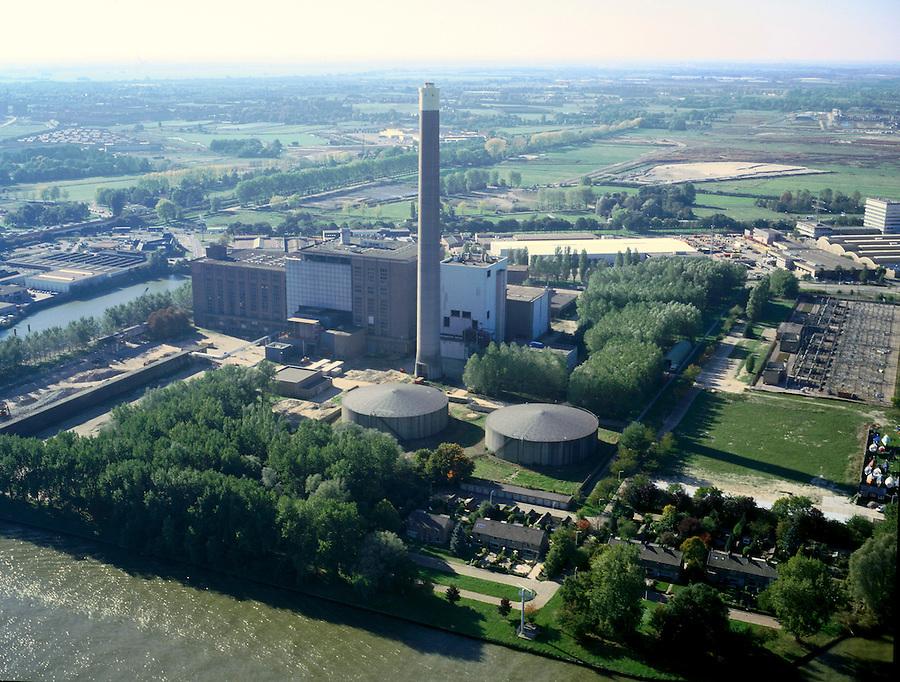 Nederland, Utrecht, Lageweide, 08-03-2002; luchtfoto (25% toeslag); electriciteitscentrale van Essent (UNA) aan het Amsterdam Rijnkanaal (Merwedekanaal); achter de schoorsteen de A2 met richting horizon Leidsche Rijn..VINEX, energie, elektriciteit, infrastructuur..(andere luchtfoto's van deze lokatie in persoonlijk archief)..Foto Siebe Swart