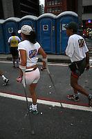 A paratleta Marinalva de Almeida (e), primeira mulher amputada a disputar a Corrida Internacional de São Silvestre, prepara-se para a largada da 88a edição da competição, na avenida Paulista, região central de São Paulo, na manhã desta segunda-feira (31). 31/12/2012 . (FOTO: MAURICIO CAMARGO / BRAZIL PHOTO PRESS).
