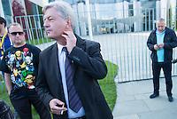 """Ca. 300-350 Menschen nahmen am 3. Oktober 2014 vor dem Kanzleramt in Berlin an einer Mahnwache fuer den Frieden der sog. Montagsdemo teil.<br /> An der Manhwache nahmen Vertreter der sog. Querfront-Iedologie und Verschwoerungstheoretiker teil<br /> Zu den Kundgebungsteilnehmern sprach neben bekennenden Rechten auch der deutsche Pop- und Schlagersaenger Xavier Naidoo.<br /> Im Bild: Der Journalist und Herausgeber der Querfrontmagazin """"Compact"""" Juergen Elsaesser.<br /> 3.10.2014, Berlin<br /> Copyright: Christian-Ditsch.de<br /> [Inhaltsveraendernde Manipulation des Fotos nur nach ausdruecklicher Genehmigung des Fotografen. Vereinbarungen ueber Abtretung von Persoenlichkeitsrechten/Model Release der abgebildeten Person/Personen liegen nicht vor. NO MODEL RELEASE! Don't publish without copyright Christian-Ditsch.de, Veroeffentlichung nur mit Fotografennennung, sowie gegen Honorar, MwSt. und Beleg. Konto: I N G - D i B a, IBAN DE58500105175400192269, BIC INGDDEFFXXX, Kontakt: post@christian-ditsch.de<br /> Urhebervermerk wird gemaess Paragraph 13 UHG verlangt.]"""
