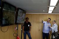 SAO PAULO, SP, 28 DE JANEIRO DE 2012 - CENTRO DE CONTROLE INTEGRADO 24H - O prefeito de Sao Paulo Gilberto Kassab (DEM) ao lado do Secretario de Coordenacao da Subprefeituras, Ronaldo Camargo, durante visita ao centro de Controle Integrado 24h. na da Secretaria Municipal de Coordenacaodas Subprefeituras na manha deste sábado, 28. (FOTO: WILLIAM VOLCOV - NEWS FREE).