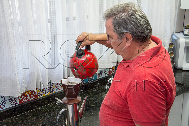 Homem passando café, São Paulo - SP, 05/2017. Uso de imagem autorizado.