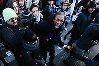 NEW YORK, NY - 04.02.2017 - PROTESTO-NEW YORK - Jovens são presos durante manifestação no Stonewall contra as políticas do presidente dos EUA, Donald Trump e em solidariedade com imigrantes, solicitantes de asilo, refugiados e a comunidade LGBT na cidade Nova York nos Estados Unidos neste sábado, 04. (Foto: Vanessa Carvalho/Brazil Photo Press)