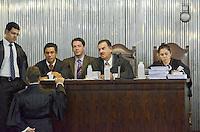 SANTO ANDRE, SP, 15 DE FEVEREIRO 2012 - JULGAMENTO LINDEMBERG ALVES - CASO ELOA - Advogadors de acusacao no Forum de Santo Andre onde Lindemberg Alves, de 25 anos, pode prestar depoimento, no terceiro e provável último dia do júri do caso Eloá. Ele é acusado pela morte da ex- namorada Eloá Cristina Pimentel, de 15 anos, em um conjunto habitacional de Santo André, em outubro de 2008. (FOTO: ADRIANO LIMA - BRAZIL PHOTO PRESS).