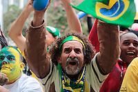 SÃO PAULO, SP - 26.06.2013: CONCENTRA SP - Torcedores vibram com a defesa de penatil do Brasil no Vale do Anhangabaú região central de São Paulo durante o jogo da seleção brasileira pela semifinal da Copa das Confederaões. (Foto: Marcelo Brammer/Brazil Photo Press)