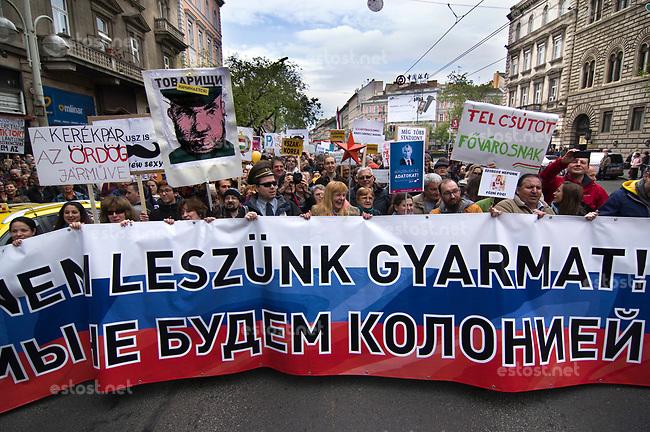 UNGARN, 22.04.2017, Budapest - VI. Bezirk. Die Spasspartei MKKP, &quot;Partei der doppelschwaenzigen Hunde&quot;, ruft zum Satire-Protest gegen die von der Fidesz-Regierung betriebene Putinisierung Ungarns. Es wird eine unerwartete Grossdemonstration mit tausenden Teilnehmern. Das Leittransparent lautet &quot;Wir werden keine Kolonie!&quot;, eigentlich das Anti-EU-Motto der regierungsnahen &quot;Friedensmaersche&quot;. | The MKKP funparty &quot;Two-tailed dog party&quot; calls for satiric protest against the Fidesz government's putinization of Hungary. The event turns into a large demonstration with thousands of participants. -The front banderole reads &quot;We are not going to be a colony!&quot;, originally the anti-EU motto of the government-initiated &quot;peace marches&quot;.<br /> &copy; Martin Fejer/EST&amp;OST