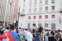 SAO PAULO, SP 05 de julho 2013- Moradores da Favela do Moinho, na região central de São Paulo, realizam uma passeata nesta sexta-feira (5) rumo à Prefeitura da cidade. Eles protestam pela regularização fundiária e urbanização da comunidade, promessas do prefeito Fernando Haddad na época de campanha eleitoral.  _  ADRIANO LIMA / BRAZIL PHOTO PRESS).
