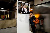 """SÃO PAULO, SP, 14.05.2015 - EXPOSIÇÃO-SP - Exposição fotográfica """" Libertadores - Paixão que nos une"""" reúne fotos e fatos históricos sobre a historia do campeonato de futebol Na estação Paraíso do metrô região central, nessa quinta-feira 14. (Foto: Gabriel Soares/ Brazil Photo Press)"""