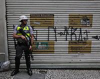 SAO PAULO, SP, 22.03.2014 - PROTESTO / ANTIFASCISTA - Marcha Antifascista, na Praça da Sé, centro de São Paulo, neste sábado. Os manifestantes seguem em passeata até o prédio que abrigou o antigo Deops/SP (Departamento Estadual de Ordem Política e Social de São Paulo), na Luz, também região central. Policias militares escoltam o grupo. (Foto: Vanessa Carvalho / Brazil Photo Press).
