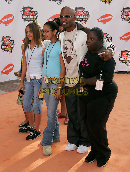 JAMIE FOXX & DAUGHTER.Attends Nickelodeon's 18th Annual Kids' Choice Awards Show held at UCLA's Pauley Pavilion in Westwood, California, April 2nd 2005..full length dad father child family.Ref: DVS.www.capitalpictures.com.sales@capitalpictures.com.©Debbie VanStory/Capital Pictures