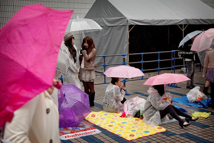 (Eng) Yokohama, March 6 2010 - At the Tokyo Girls Collection, models and TV stars are parading for fast-fashion brands in front of 20 000 teenagers.<br /> Several hours before the show, hundreds are queuing under the rain.<br /> <br /> (Fr)Yokohama, 6 mars 2010 - A la Tokyo Girl Collection, des mannequins et stars de la television defilent pour des marques grand-public devant 20 000 adolescentes. Plusieurs heures avant l'evenement, des centaines d'adolescentes attendent l'ouverture sous la pluie.