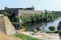 Fluss Narva und Zarenfestung Iwangorod 15.Jh. in Narva, Estland, Europa