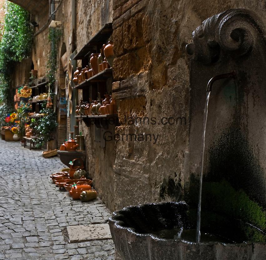 Italien, Umbrien, Orvieto: Altstadtgasse mit kleinem Brunnen | Italy, Umbria, Orvieto: old town lane with small fountain