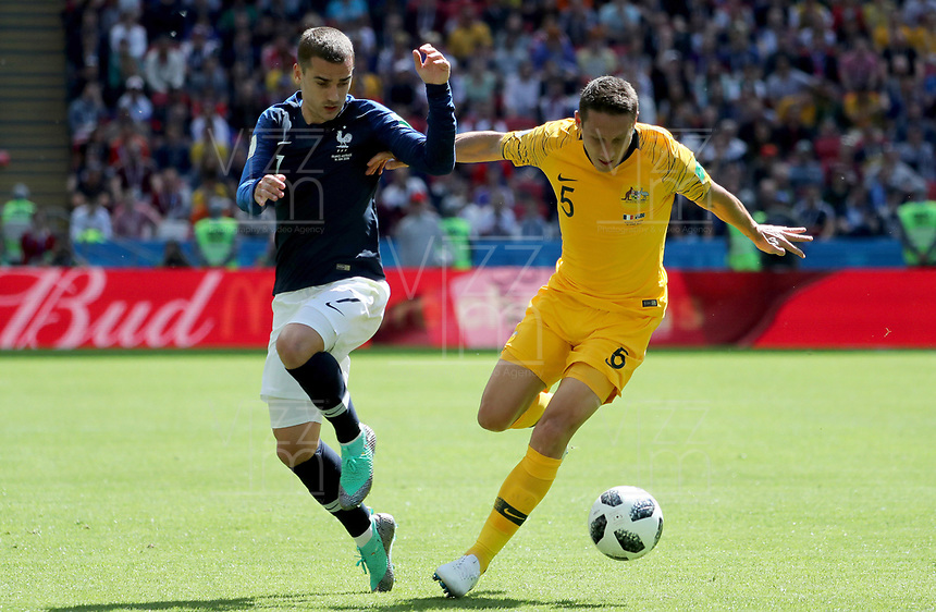 KAZAN - RUSIA, 16-06-2018: Antoine GRIEZMANN jugador de Francia disputa el balón con Mark MILLIGAN jugador de Australia durante partido de la primera fase - Grupo C, Kazan Arena en Kazán como parte de la Copa Mundo FIFA 2018 Rusia. / Antoine GRIEZMANN player of France vies for the ball with Mark MILLIGAN player of Australia during match of the first stage - Group C, Kazan Arena in Kazan as part of the 2018 FIFA World Cup Russia. Photo: VizzorImage / Julian Medina / Cont