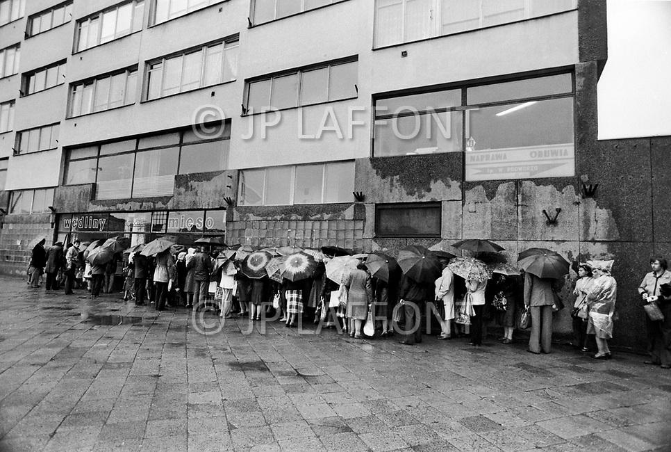 Poland, September, 1981 - People line up to enter a supermarket in Warsaw. Because of rationing and shortages, people regularly wait 2-4 hours in line to shop in government-run supermarkets. Once inside, they often find nothing remaining to spend their government-issued food coupons on.<br /> Pologne, septembre 1981 &ndash; Les gens font la queue pour entrer dans ce supermarch&eacute; de Varsovie. Mais &agrave; cause du manque des produits essentiels il faut &agrave; la population apr&egrave;s les heures de travail bien souvent, faire des queues de 2 &agrave; 4 heures en moyenne par jour pour finalement ne rien trouver pour utiliser leurs tickets de rationnement.