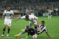 BELO HORIZONTE, MG, 24 JUNHO 2013 - LIBERTADORES - ATLÉTICO MG X OLIMPIA (PAR) - Jo (d) do Atlético Mineiro em lance contra o Olimpia (Paraguay), jogo valido pela partida de volta das finais da Taça Libertadores da América no estádio Mineirão em Belo Horizonte, na noite desta quarta-feira, 24. (FOTO: SERGIO FALCI / BRAZIL PHOTO PRESS).