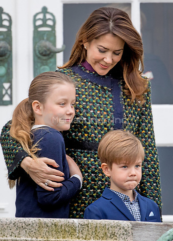 Crown princess Mary, Princess Isabella and Prince Vincent attend the 77th birthday celebrations of Queen Margrethe at Marselisborg palace in Aarhus, Denmark, 16 April 2017. Photo: Patrick van Katwijk Foto: Patrick van Katwijk/Dutch Photo Press/dpa /MediaPunch ***FOR USA ONLY***