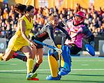 UTRECHT - Margot Zuidhof (Ned) stuit op keeper Ye Jiao (China)   tijdens   de Pro League hockeywedstrijd wedstrijd , Nederland-China (6-0) .  COPYRIGHT  KOEN SUYK
