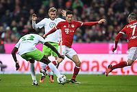 Fussball  1. Bundesliga  Saison 2016/2017  14. Spieltag  FC Bayern Muenchen - VfL Wolfsburg    10.12.2016 Robert Lewandowski (Mitte, FC Bayern Muenchen) gegen Jakub Blaszczykowski (hinten, VfL Wolfsburg)