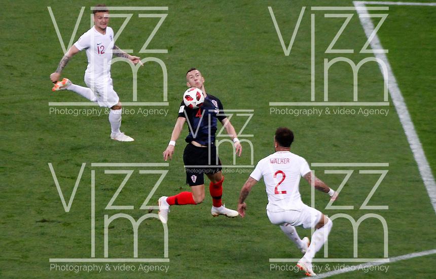 MOSCU - RUSIA, 11-07-2018: Ivan PERISIC (C) jugador de Croacia disputa el balón con Kieran TRIPPIER (Izq) y Kyle WALKER (Der) jugadores de Inglaterra durante partido de Semifinales por la Copa Mundial de la FIFA Rusia 2018 jugado en el estadio Luzhnikí en Moscú, Rusia. / Ivan PERISIC (C) player of Croatia fights the ball with Kieran TRIPPIER (L) and Kyle WALKER (R) players of England during match of Semi-finals for the FIFA World Cup Russia 2018 played at Luzhniki Stadium in Moscow, Russia. Photo: VizzorImage / Julian Medina / Cont