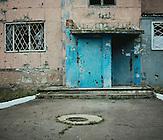 zerstörtes Mietshaus, Awdeewka liegt seit mehr als zwei Jahren an der Frontlinie zwischen der ukrainischen Armee und den pro-russischen Separatisten./ ruined house in Andijiwka, it is  more than two years at the frontline between the ukrainian army and the pro- russian seperatists.