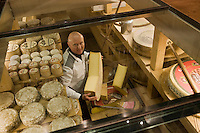 Europe/France/Rhône-Alpes/74/Haute-Savoie/Annecy: Pierre Gay fromager dans sa cave d'affinage - Fromagerie Gay